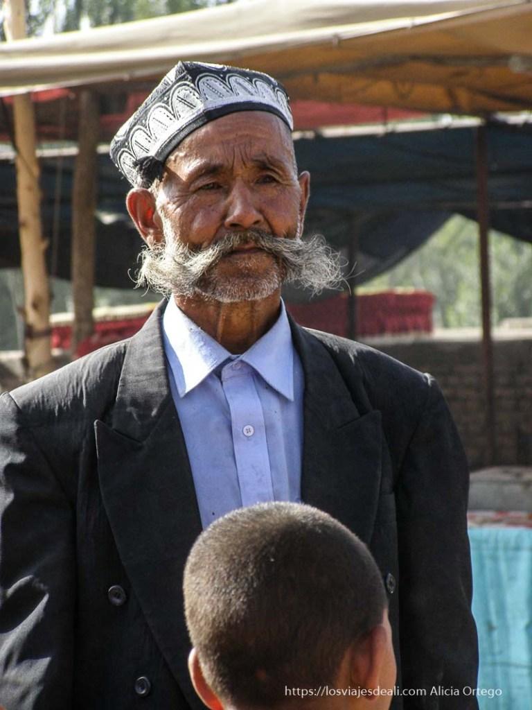señor con gorrito bordado y grandes mostachos oasis de yarkand