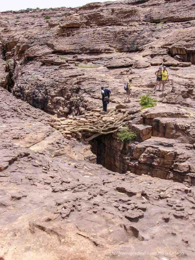 meseta de roca con puentes de madera y piedra pais dogon