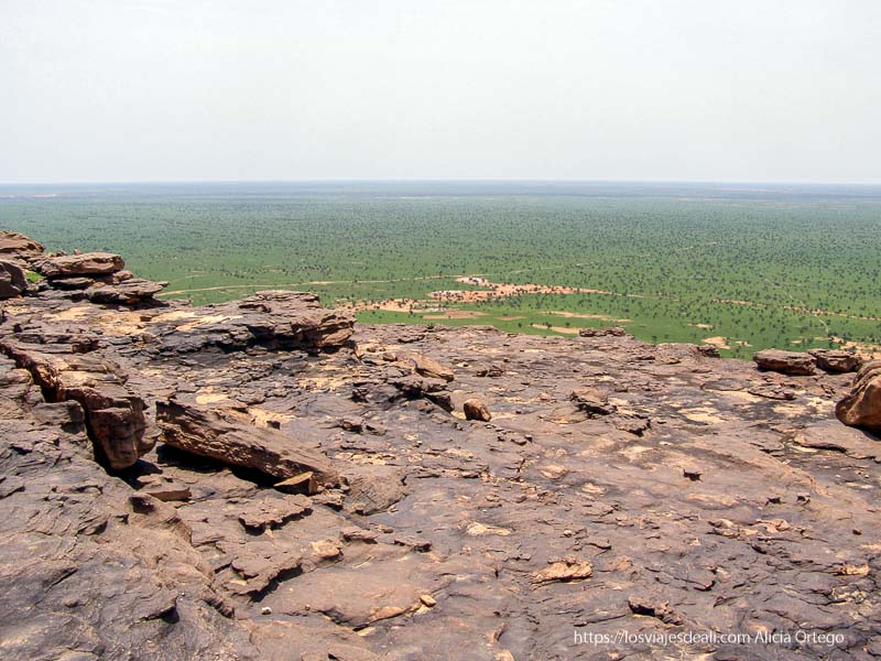 vistas de la llanura verde desde lo alto de la meseta pais dogon