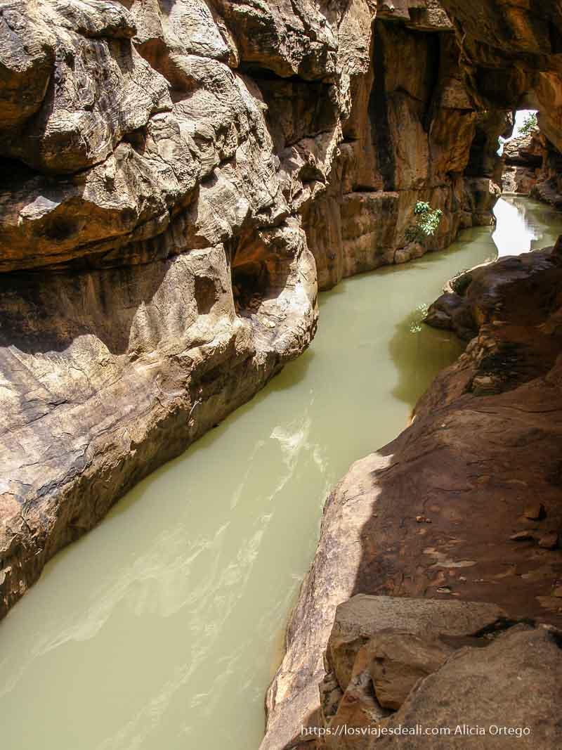 río entre rocas en el país dogón