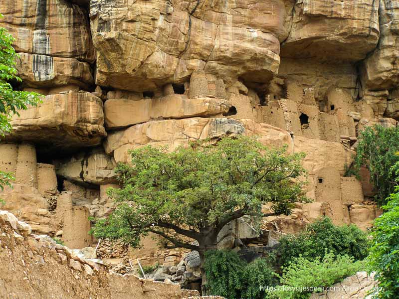 tumbas y graneros tellem construidas al abrigo de las rocas pais dogon