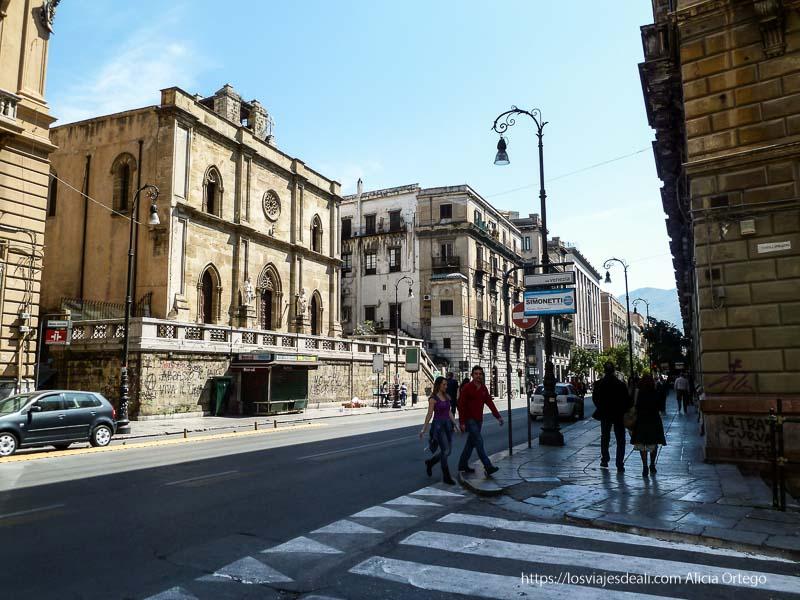 calle con palacio entre edificios viejos en palermo