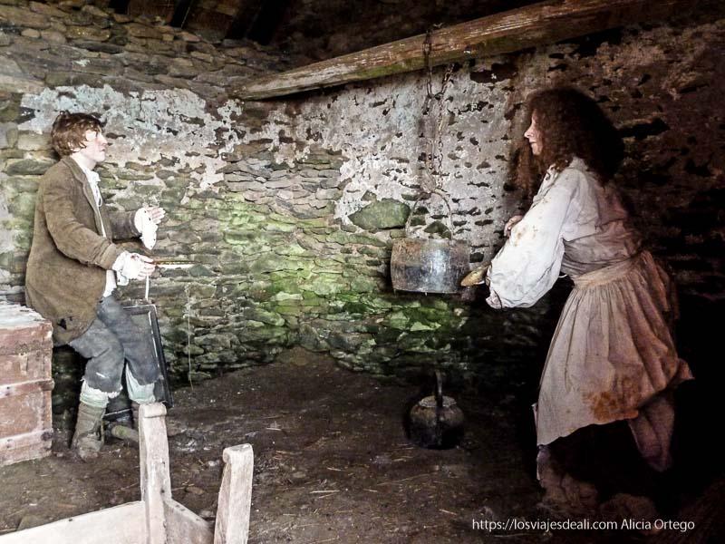 interior casa campesinos con dos muñecos recreando época gran hambruna península de dingle