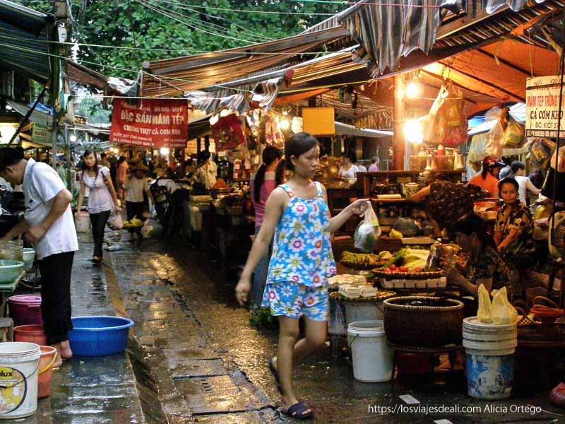 mercado callejero qué ver en hanoi