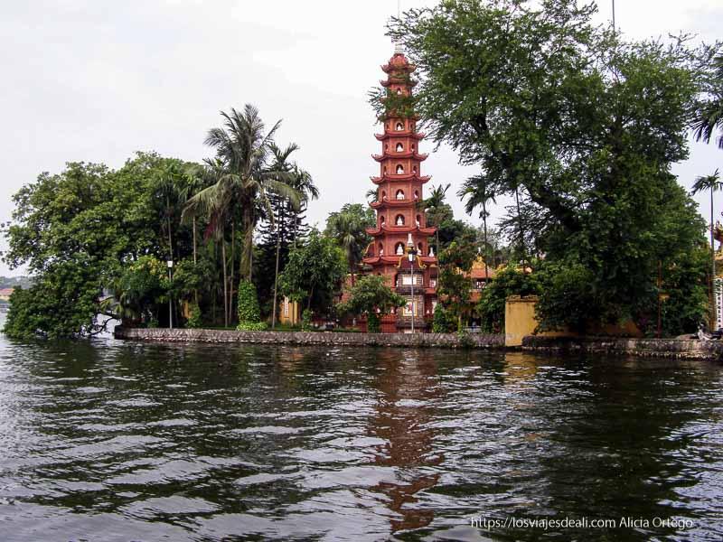 pagoda roja con esculturas de buda en lago qué ver en hanoi