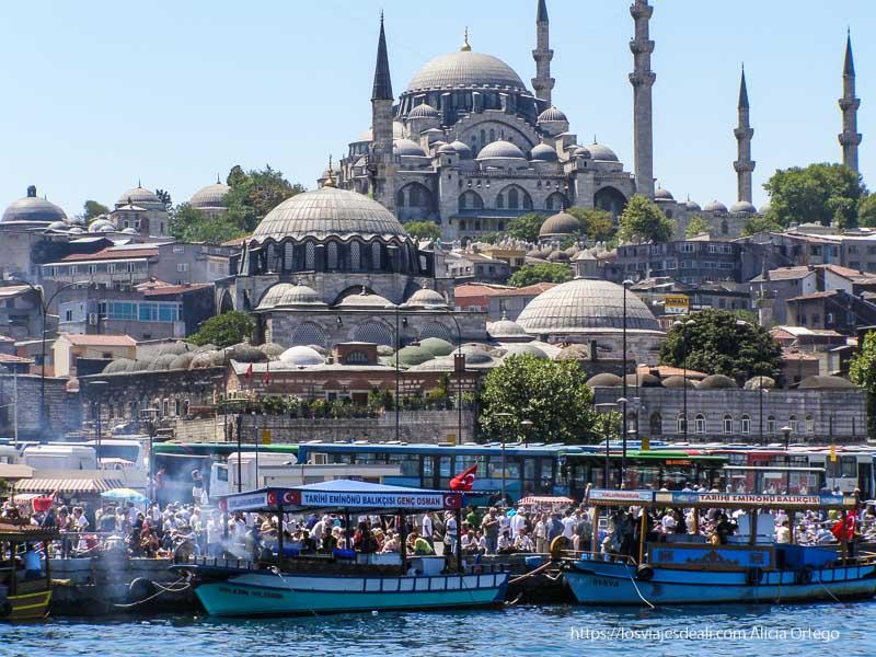mezquita de suleyman con puestos de pescado y barcos en la orilla qué ver en un día en estambul