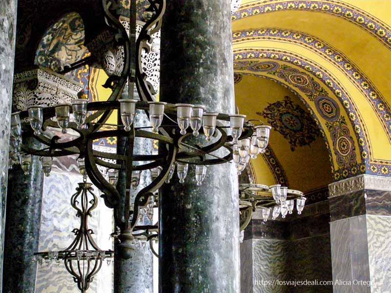 columnas y lámparas de santa sofía qué ver en un día en estambul