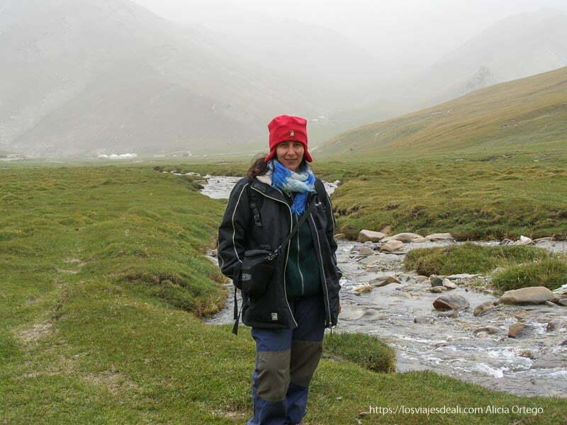 retrato con río detrás tash rabat