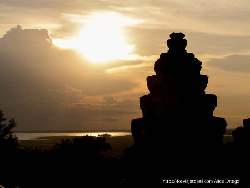 atardecer con estupa a contraluz templos de angkor