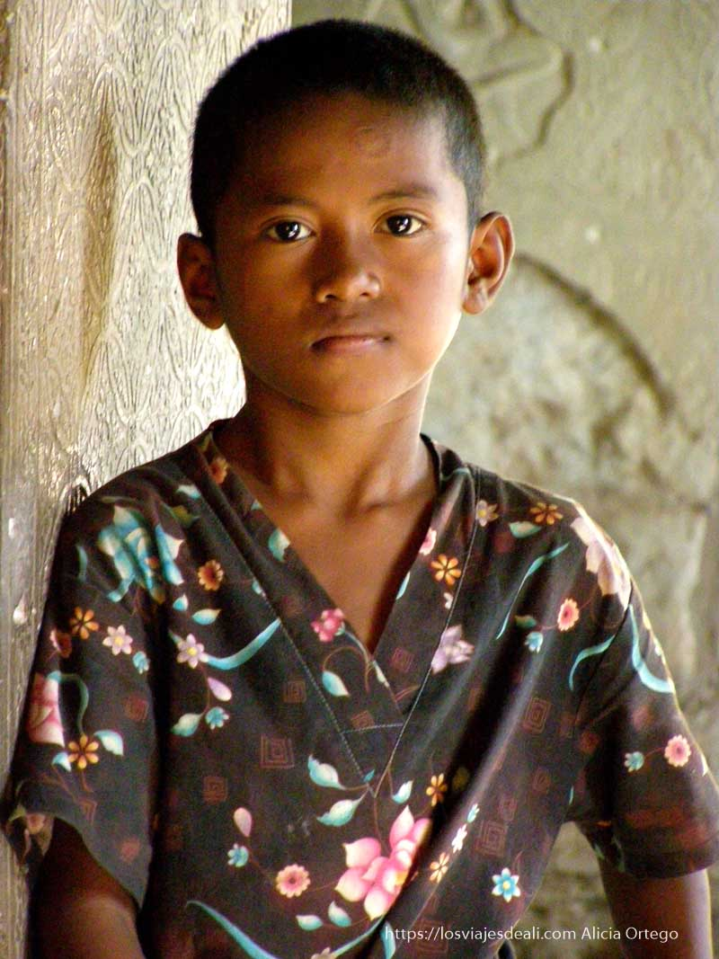 niño mirando a cámara templos de angkor