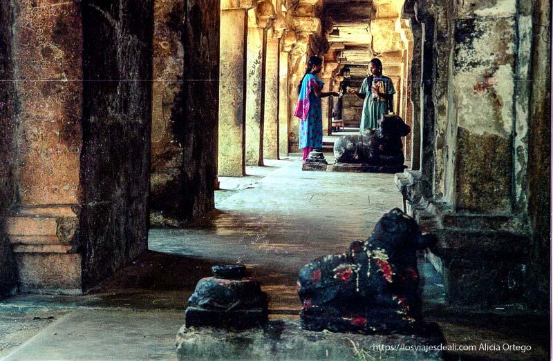 galería de piedra de thanjavur con toros a los que las mujeres ponen ofrendas de tamil nadu a kerala