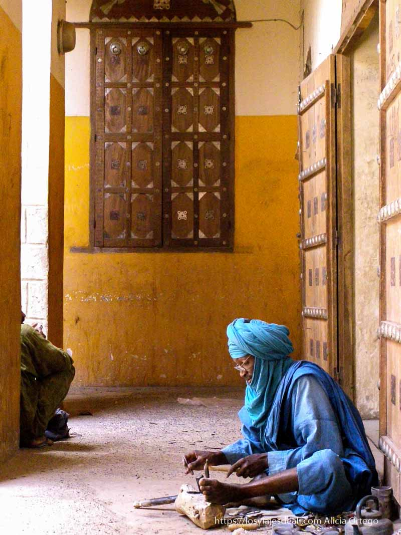 artesano tuareg en tombuctú
