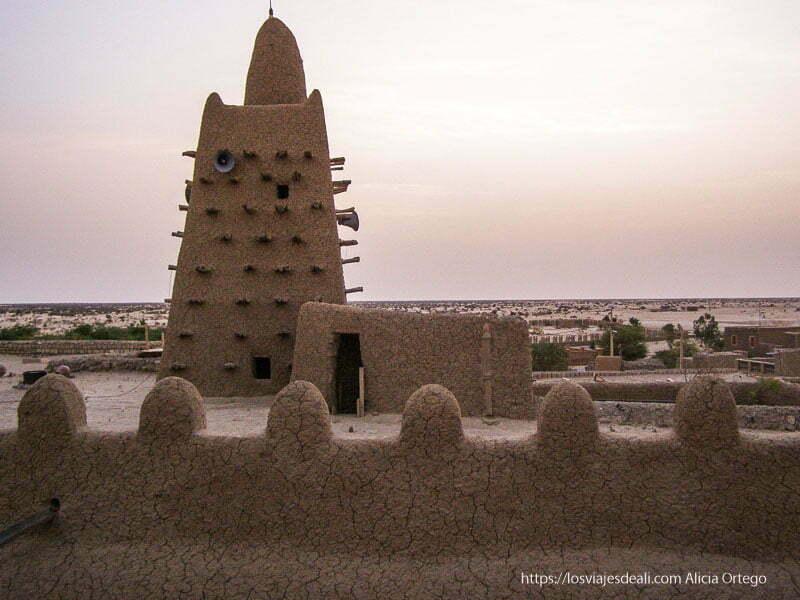 atardecer con la mezquita y el desierto al fondo en tombuctú