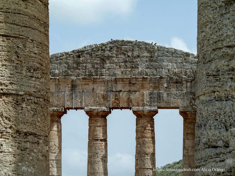 columnas del templo con frontal de forma piramidal al fondo