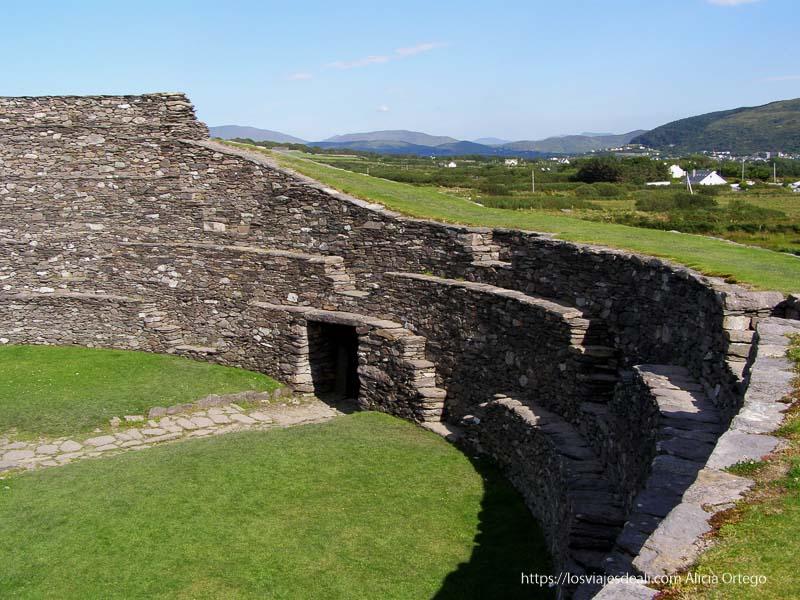 vista del interior de un ringfort yacimientos arqueológicos en irlanda