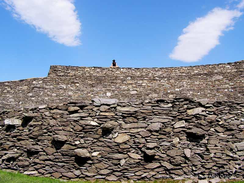 chica sentada en la parte superior de un ringfort yacimientos arqueológicos en irlanda