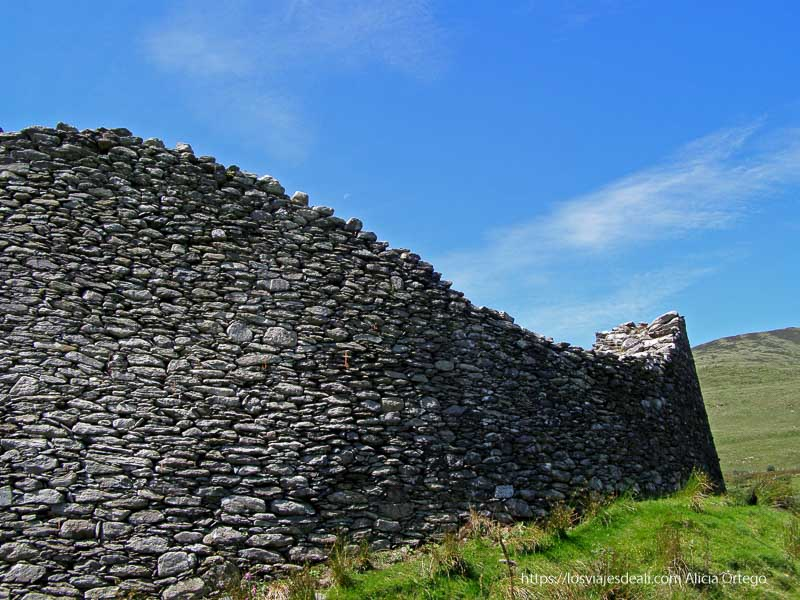 muro con forma ondulante de ringfort yacimientos arqueológicos en irlanda