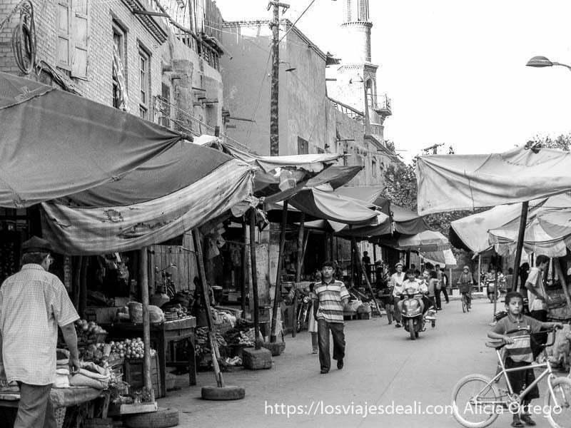 calle con toldos en la vieja kashgar en la ruta de la seda