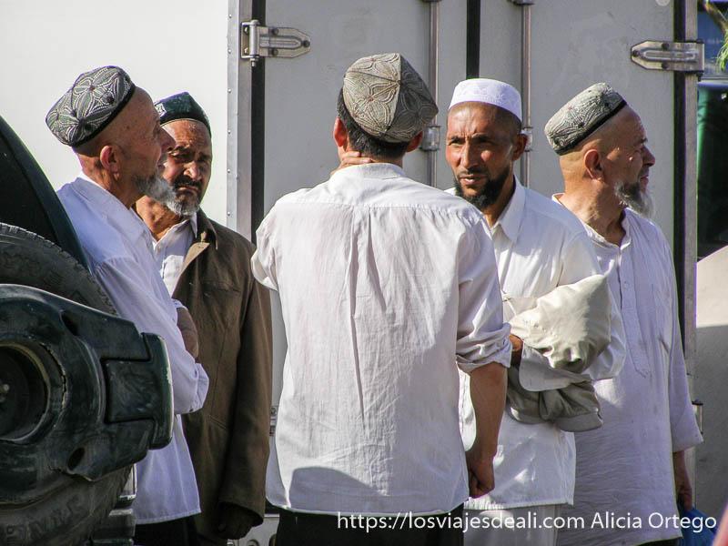 hombres hablando con sus gorros bordados kashgar en la ruta de la seda