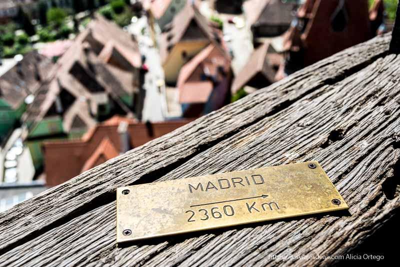 cartel que indica distancia de 2360 km a madrid desde sighisoara
