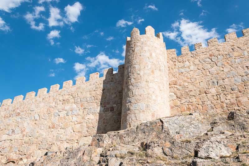 muralla de ávila con el cielo azul y algunas nubes un gran año de viajes