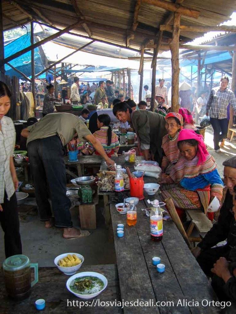 puesto de comida en el mercado de bac ha