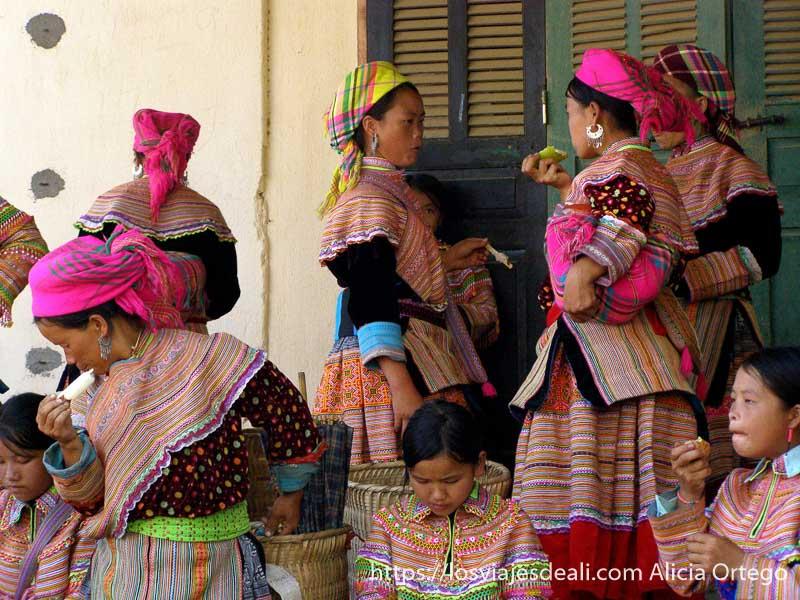 grupo de mujeres y niñas con sus vestidos de colores y pañuelos en la cabeza a juego en el norte de vietnam