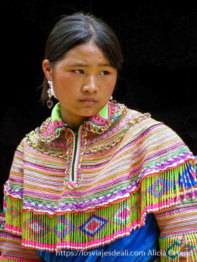 retrato de una joven guapísima con su traje de colores el norte de vietnam