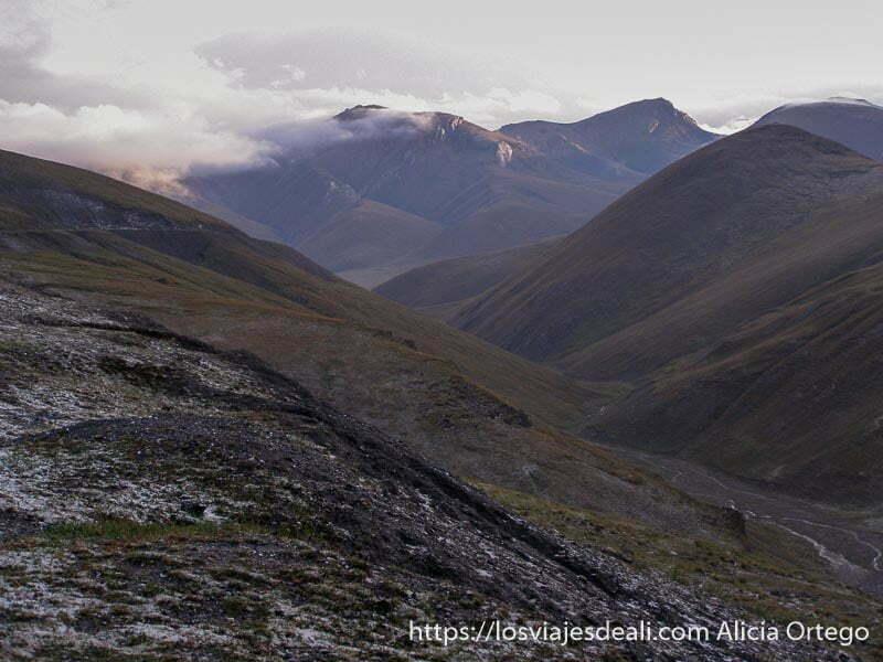 paisaje de las montañas al atardecer campo base del pico lenin