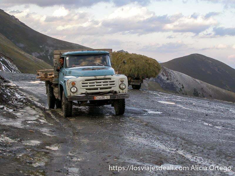camiones en la carretera al atardecer campo base del pico lenin