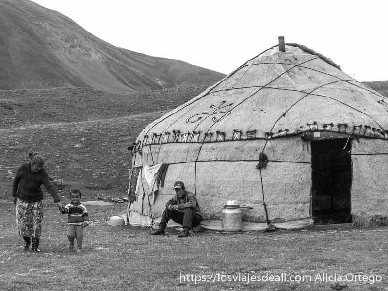 familia kirguis junto a su yurta campo base del pico lenin