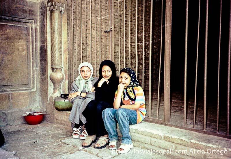 tres niñas posando en isfahan