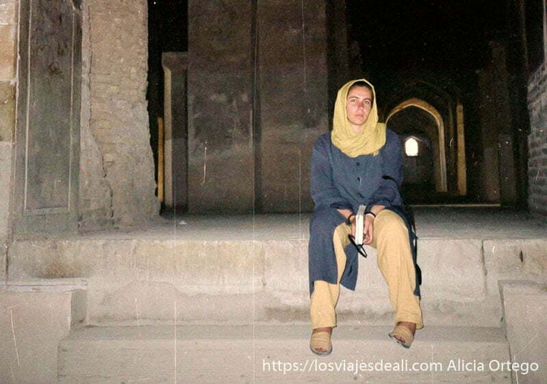 retrato con velo en la antigua mezquita de isfahan
