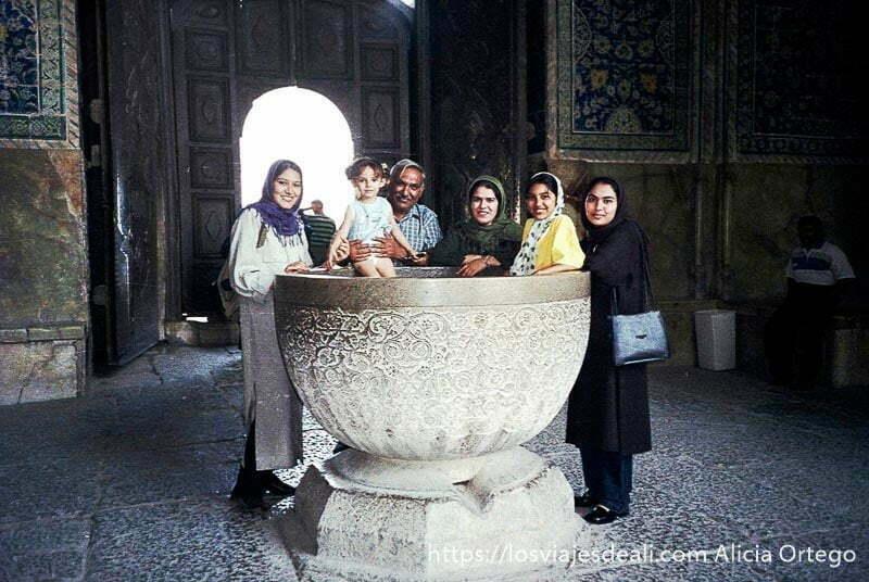 familia de isfahan cuatro mujeres un hombre y una niña posando