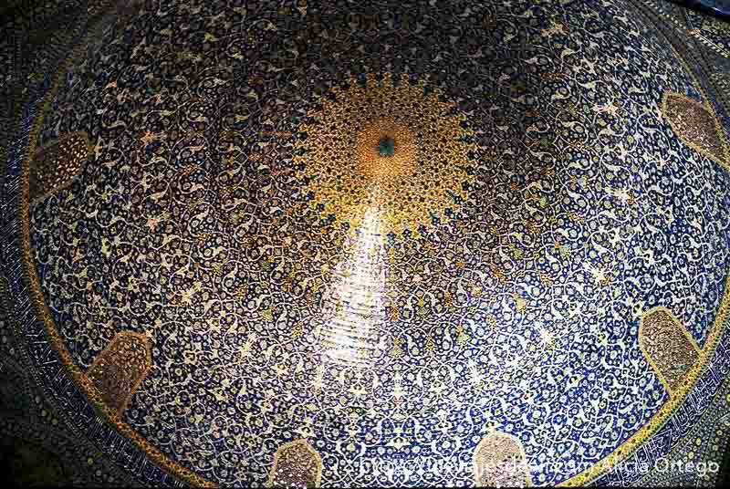cúpula de mezquita por dentro con azulejos amarillos y azules