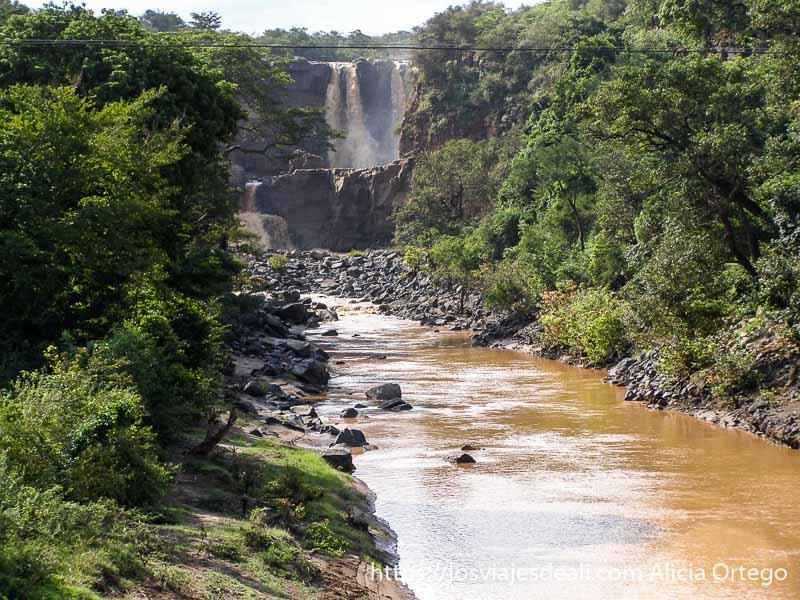 río con cascada al fondo de camino al lago chamo