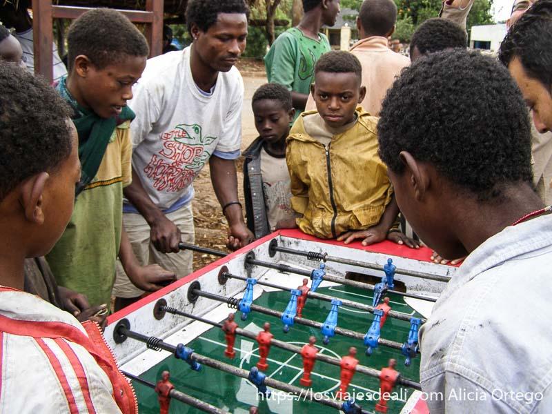 jugando al futbolín en la calle en arba minch