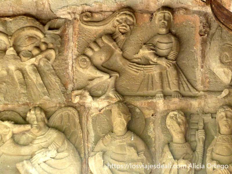 figuras románicas diablo cogiendo la mano a un señor en navarra