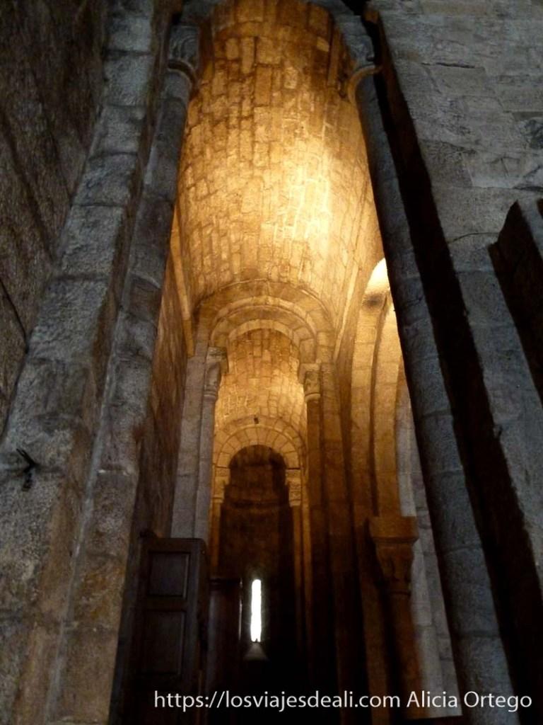 arcos muy altos románicos en monasterio de leyre navarra