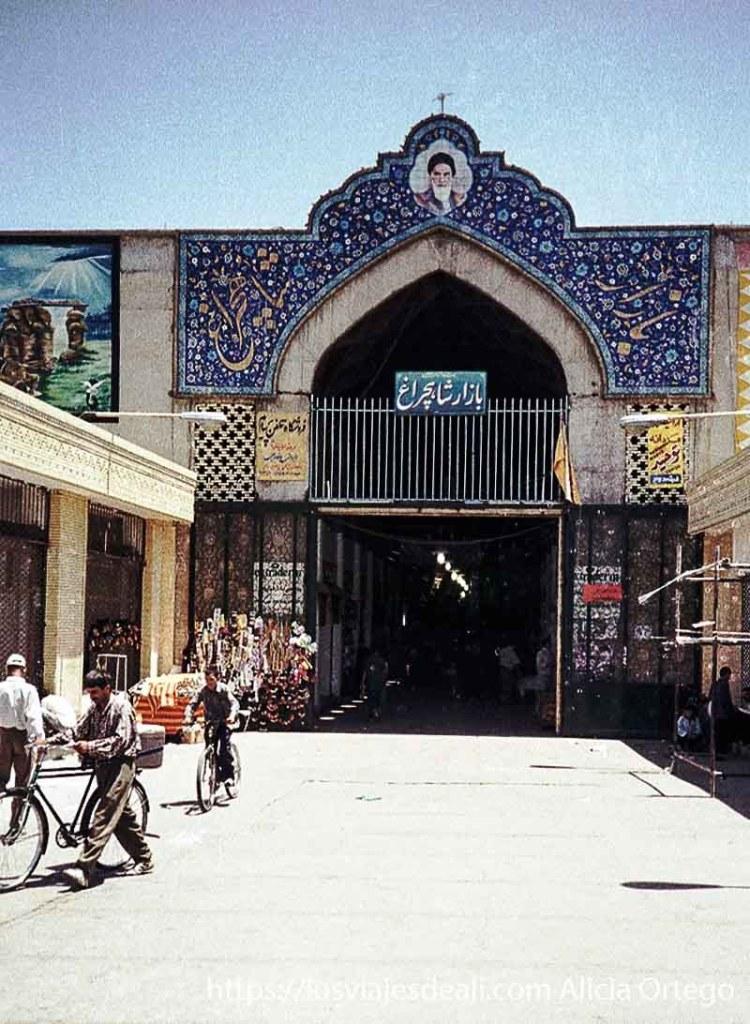 puerta del bazar de shiraz con retrato de jomeini en la cabecera