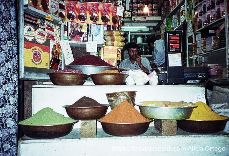 puesto de especias dispuestas en palanganas en shiraz