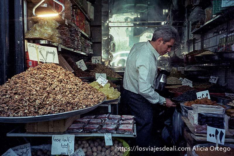 tienda de frutos secos con un gran montón de nueces en primer plano en el bazar de teherán