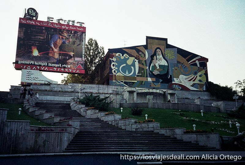 iglesia cristiana con cartel publicitario al lado en teherán