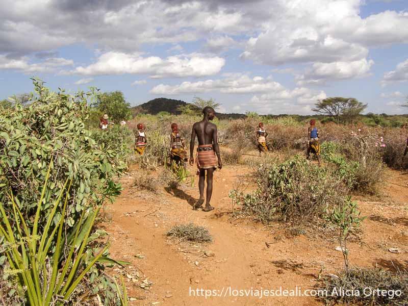 caminata por el campo con la tribu hamer