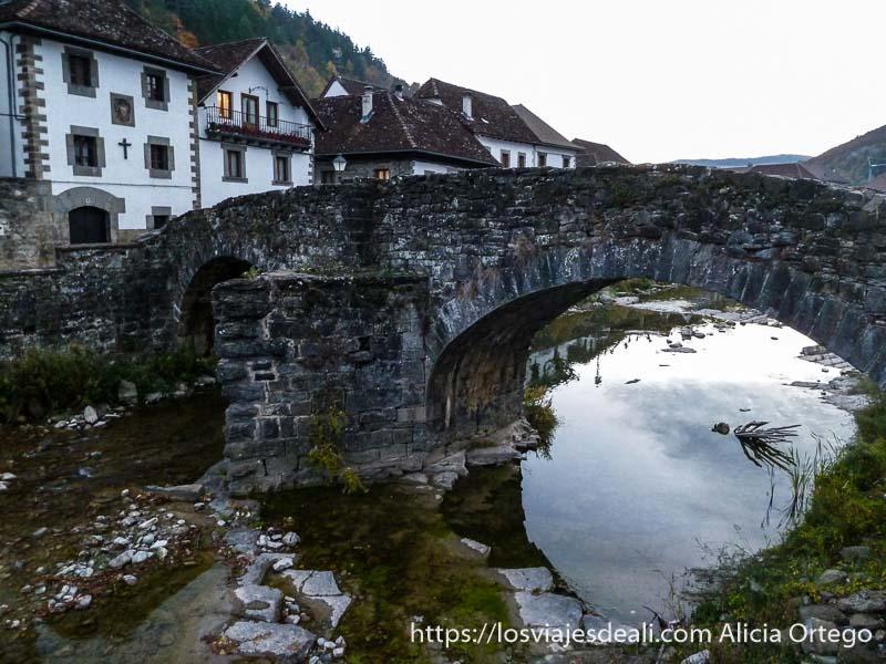 puente de piedra y casas de ochagabía en valle del roncal