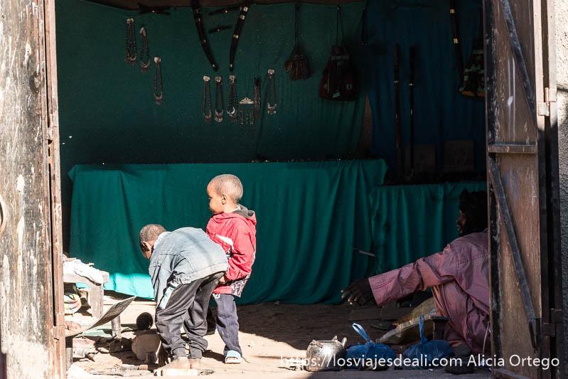 tienda de joyas tuareg con dos niños y el herrero