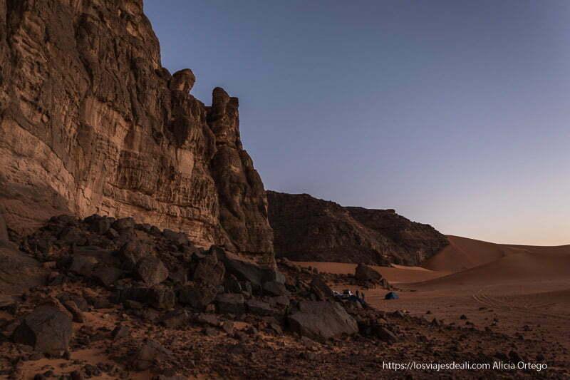 rocas y dunas al atardecer en nuestro campamento paisajes del sahara