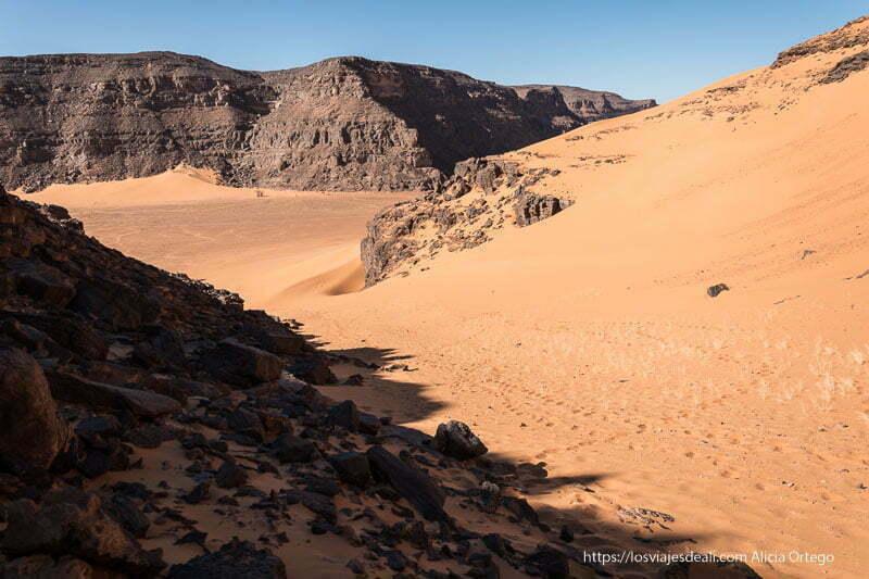 paisaje de roca negra y arena roja paisajes del sahara