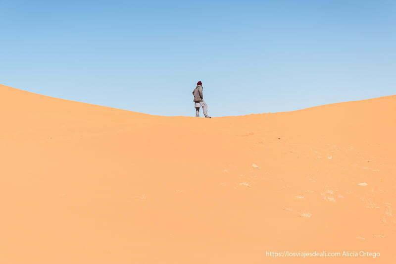 tuareg encima de una duna del sahara