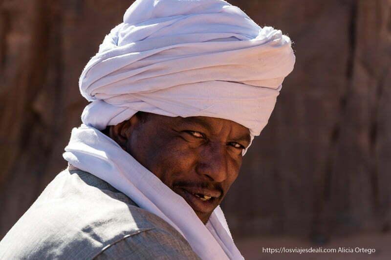 tuareg con turbante blanco mirando a la cámara